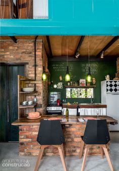 Gorgeous home built with reclaimed materials and a container // Increíble casa… Kitchen Dining, Kitchen Decor, Kitchen Nook, Kitchen Paint, Sweet Home, Industrial House, Cuisines Design, Exposed Brick, Kitchen Interior