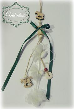 Κρεμαστό Ξύλινο-Αλογάκι με Κυπαρισσί κορδέλα! Plant Hanger, Macrame, Plants, Christmas, Home Decor, Xmas, Decoration Home, Room Decor, Weihnachten