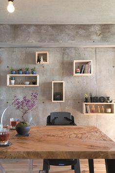 さまざまなサイズのボックスをつくり、壁に取り付けただけの飾り棚。取り付け工事はプロに依頼した。上部の梁の下端は購入時には削られていたが、リノベーションの際にほかの梁の位置に合わせて補修。 専門家:EcoDeco(エコデコ)が手掛けた、ダイニング2(リノベの最優先項目は「妻の実家の近くに住むこと)の詳細ページ。新築戸建、リフォーム、リノベーションの事例多数、SUVACO(スバコ)