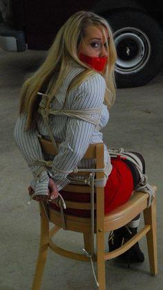 Devote Lady geknebelt und angekettet