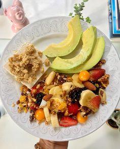 Bom Dia ☀️! Tipo P.F. - Prato Feito: banana, morango, framboesa, pyssalis, abacate, granola de sementes e castanhas, tofu orgânico e tahine. Tão bom 😋💚. #plantbased #vegan #densidadenutritiva #fitoquimicos