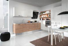 Cucina CU02_0006 Cucina componibile moderna, composizione angolare. Composizione angolare finitura basi e pannello mensole larice cherry, pensili e colonne laccato lucido ghiaccio. Top laminato H4 bianco #cucina #arredamento #madeinitaly #design #kitchen #furnishing #pensarecasait #casa