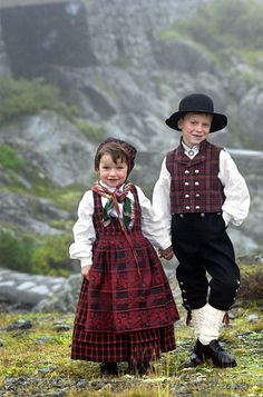 Children from Valdres (The little girl is wearing the Ruttastak fra Valdress bunad.)
