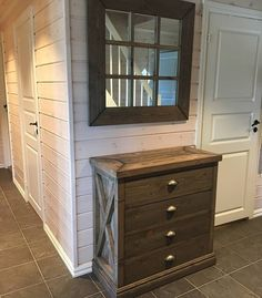 Håndlaget møbel til entré stue soverom rustikk rustic wooden drawer cabin Wooden Drawers, Vanity, Cabin, Rustic, Bathroom, Furniture, Painted Makeup Vanity, Country Primitive, Washroom