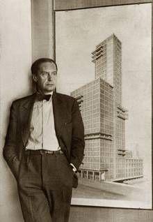 Walter Gropius, um 1930 vor seinem Entwurf zum Tribune Tower von 1922