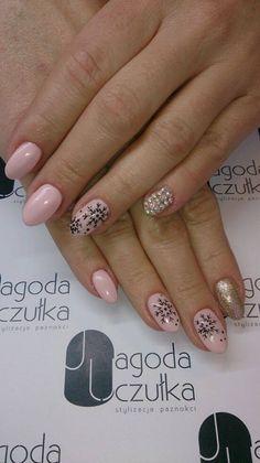 Nude, gold i śnieżynki Jagoda Uczułka stylizacja paznokci.