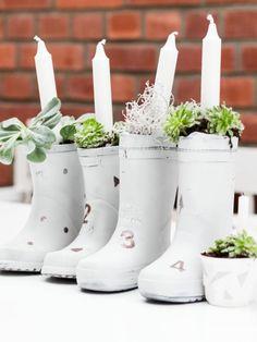 Mit Steckmoos, Kerzen, Blumenerde und Sukkulenten befüllt, machen vier Stiefel zu einem Adventkranz, der einfach gute Laune macht!