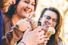 Three women eating an ice cream outdoor Foto d'archivio esente da diritto d'autore