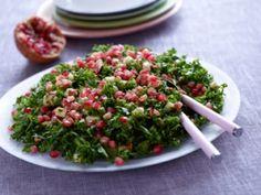 Grønkålssalat er et perfekt supplement til tung mad - her får du opskriften på grønkålssalat med granatæblekerner fra Familie Journal.