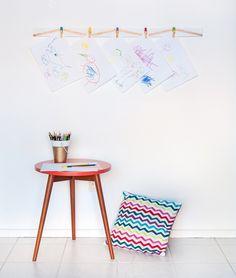Que tal exibir os desenhos do seu filho ou pendurar recados na parede de um jeito lindo e descomplicado? Faça você mesmo um suporte de madeira...
