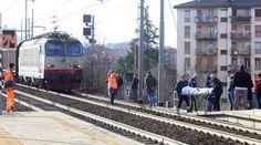 Tragedia: si getta sui binari della stazione. Dilaniato dal treno