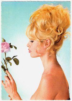 Bridget Bardot - look at this hair! Bridgitte Bardot, Julianne Hough, Des Femmes D Gitanes, 60s Hair, French Actress, Vintage Hairstyles, Old Hollywood, Hollywood Fashion, Hollywood Actresses