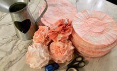 Coffee Filter Flowers Coffee Filter Garland, Coffee Filter Roses, Coffee Filter Crafts, Coffee Filters, Coffee Crafts, How To Make Paper Flowers, Giant Paper Flowers, Diy Flowers, Flower Diy