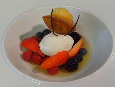 Voici une recette ultra parfumée pour profiter des fruits rouges qui arrivent. Le sorbet au fromage blanc ajoute une touche de fraîcheur et de légèreté. La madeleine est à réserver aux plus gourmands !