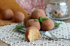 Как приготовить пирожное картошка по ГОСТу из бисквита Пирожное картошка — советская вкусняшка, которую готовят до сих пор. Сегодня виды пирожных Картошка многообразны, у каждого любителя этого десерта есть свой любимый рецепт приготовления. Например вот еще 2 варианта приготовления: из сухарей и вариант из печенья . И всё-таки многие интересуются тем, как сделать пирожное картошка дома своими руками так, чтобы оно максимально напоминало классический десерт СССР. Кондитерская крошка, сух...