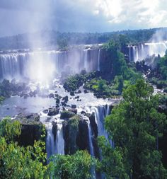 The Iguazu falls are located on the border between Argentina and Brazil. They are formed by 275 falls of up to 70 meters in height. This huge area was discovered by Europeans in the middle of the 16th century, but it was until 1984 when the waterfalls and the Iguazú National Park were declared by UNESCO as heritage of mankind.