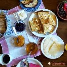 Ένα χορταστικό ταξιδιωτικό άρθρο, με νέους φίλους, γνώσεις, γεύσεις, μυρωδιές, αργαλειό και πρόβατα, τοπικά γλυκά και παραδοσιακό φαγητό, αγιογραφίες και τέχνη, φύση και πολιτισμό, στον Ελαφότοπο Ζαγορίου και όχι μόνο! #breakfast #foodblog #travelblog #πρωινό #ξενώνας #ξενοδοχείο #hotel #greece #handmade #fresh #χειροποίητο #άρθρο #ταξίδι #ήπειρος #μαρμελάδα #αλευρόπιτα #τυρί #πίτα #ψωμί Waffles, French Toast, Breakfast, Food, Morning Coffee, Essen, Waffle, Meals, Yemek