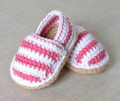 PATRÓN de zapatos de bebé de GANCHILLO para lindos zapatitos de alpargata rayas para bebé. Este listado está para un PATRÓN de GANCHILLO y NO un artículo terminado. Que estos zapatos de la alpargata poco encantador en ningún momento con este fácil-a seguir de ganchillo patrón - escrito para principiantes intermedios que se utilizan para básico del ganchillo puntadas y patrones simples. Descuentos ofrecieron por compras a granel de patrones:- Cualquier 2 patrón por $10.00 usa código: 24NINE…