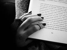#book #Buch #Tee #tea #candle #Kerze #light #lit #Kerzenschein #lesen #reading #read #pages #Seiten #dream #romantix #fall #Herbst #Blatt #vibes #red #hand #ring