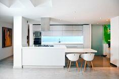 Impressive smart kitchen ideas that look to the future of home living Smart Kitchen, Best Kitchen Layout, Kitchen White, Bathroom Design Small, Modern Kitchen Design, Kitchen Designs, Kitchen Ideas, Small Bathrooms, Kitchen Tools