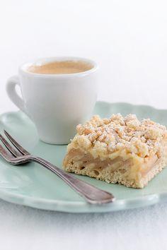 Apfelkuchen-Variante vom Blech mit einem Rührteigboden ohne Butter, Pudding, Äpfeln und Streuseln mit Haferflocken und Mandeln. Sehr saftig.