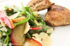 Grüner Salat mit karamellisierten Pflaumen