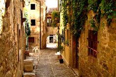 Groznjan- Nesumnjivo je riječ o jednom od najstarijih istarskih naselja, na što upućuje zidinama opasana prapovijesna urbanistička gradinska jezgra nepravilnoga elipsoidnog tlocrta, s koncentričnom mrežom ulica i zgusnutom gradnjom.