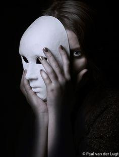 Dit beeld spreekt mij erg aan. Ik moet hier denken aan mensen die niet alles van zich laten zien. Vooral verlegen mensen die zich achter een masker verschuilen.