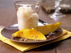 Menü mit Fisch - Dessert: Kokos-Limetten-Eis mit karamellisierten Mangospalten | Kalorien: 185 Kcal - Zeit: 40 Min. | http://eatsmarter.de/rezepte/kokos-limetten-eis