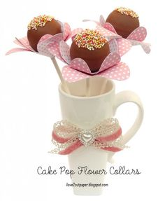 """Flores de cakepop: é só adicionar um """"colar"""". Este foi feito sob encomenda, mas acho que forminhas servem."""