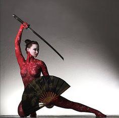 Female samurai - woman with a fan and katana - pose reference for drawing Katana Samurai, Samurai Girl, Ronin Samurai, Female Samurai, Samurai Swords, Samurai Warrior, Warrior Girl, Fantasy Warrior, Cyberpunk