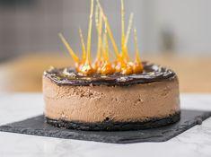 Samtiger Schokoladen Cheesecake mit Oreo Knusperboden, cremiger Ganache und beeindruckenden karamellisierten Haselnüssen. Ein super leckerer Hingucker.
