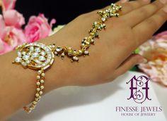 Necklace Price, Necklace Lengths, Pakistani Bridal Jewelry, Bridal Lehenga, Indian Bridal, Indian Jewelry Sets, India Jewelry, Jewelry Store Design, Hand Jewelry