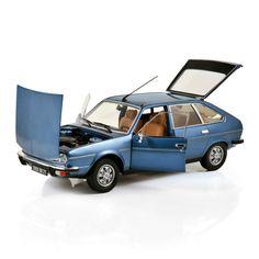 1:18 NOREV Collectors  185270 RENAULT 30 TS 1978 Ardoise Blue ➜ sample / prototype [After decades of city cars and an innovative 16, the ever growing Renault launches in 1975 its first post-war V6 sedan. But the oil crisis is already there /  Après avoir brillé avec l'automobile populaire puis une 16 innovante, Renault, poursuivant sa ligne de croissance, décide de sortir en 1975 sa première V6 des 30 glorieuses. Malheureusement la crise économique est déjà passée par là...]