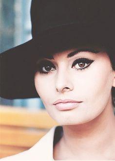 Sophia Loren, 1960s. Dark eyeliner, light lips.