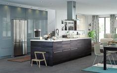 """Portes d'armoire et façades de tiroir gris-turquoise, par contre les meubles bas devraient être en Voxtorp (noyer) et le plan de travail en quartz """"raw concrete"""""""