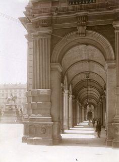 Monumento a Carlo Alberto e vista dei portici da via Cesare Battisti. Fotografia di Mario Gabinio, 18 giugno 1925. © Fondazione Torino Musei.