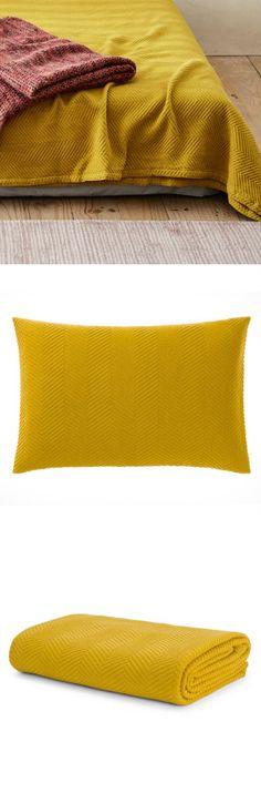 Reine Baumwolle wird für unsere Tagesdecke Lixa von unseren Partnern in Portugal in Jacquard verarbeitet. Die texturierte Oberfläche begeistert in einem Fischgratmuster, dass die weiche Baumwolle schön hervorhebt. Holen Sie sich mit dieser Kollektion eine stilvolle Ergänzung in Ihr Schlafzimmer.
