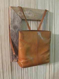 ViNTAGE TAN LEAThER BACkPACk PURSE. SqUARE ELLiNGTON BAg.