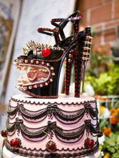 Whoa! Thats one crazy cake! I want this without the scary faces for my 30 bday :)