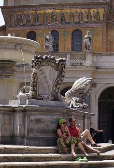Rom, Piazza di Santa Maria in Trastevere, Brunnen und Fassade von Santa Maria in Trastevere (fountain and facade of Santa Maria in Trastevere)