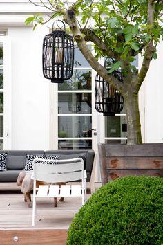 Tuininspiratie | Styling van terras | Tuinmeubels | Tuinlantaren | Boom in grote pot | Interieurinspiratie by Via Lin interieur