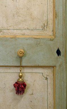 Riproduzione di una porta marchigiana di fine '700, realizzata in abete di patina. Consulta il catalogo delle porte realizzate su misura.