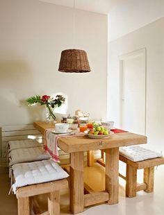 Mesa de madera y lámpara de mimbre