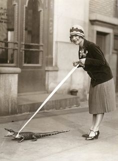 27 Incredible Vintage Photos of People Posing With Alligators, Even Cuddle or Ride Them, From the Early Century Vintage Pictures, Vintage Images, Vintage Beauty, Vintage Fashion, Vintage Glamour, Victorian Fashion, Black White Photos, Black And White, Foto Picture