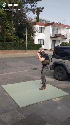 Self Defense Moves, Self Defense Martial Arts, Martial Arts Techniques, Self Defense Techniques, Martial Arts Workout, Martial Arts Training, Kickboxing Workout, Gym Workout Tips, Roundhouse Kick