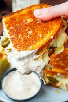 White BBQ Chicken Grilled Cheese Sandwich - Chickén Grilled Cheese sandwiches aré pérféct whén it géts too hot to turn on thé ovén. Gourmet Sandwiches, Cheese Sandwich Recipes, Soup And Sandwich, Bbq Sandwich, Dinner Sandwiches, Panini Sandwiches, Bbq Chicken Sandwich, Breakfast Sandwiches, Grilled Sandwich Ideas