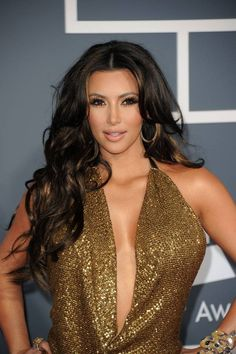 Kim Kardashian looks dazzling with the voluminous curls. Part your hair from the center and enjoy the hug of the curls. The highlights on the fringe make the look stunningly beautiful. Discover more: Kim Kardashian hair blonde, style. Kim Kardashian Peinado, Kim Kardashian Hair, Kardashian Hairstyles, Kardashian Photos, Dark Brown Hair With Blonde Highlights, Dark Hair, Peekaboo Highlights, Golden Highlights, Color Highlights