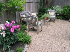 A pea-stone back yard I saw on a garden tour this weekend. A pea-stone back yard I saw on a gard Side Yard Landscaping, Gravel Landscaping, Landscaping Ideas, Modern Backyard, Backyard Patio, Modern Garden Design, Landscape Design, Pea Stone, Pea Gravel Patio