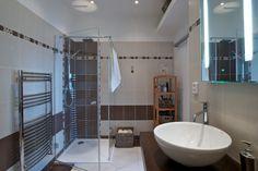 2+kk s vůní levandule: Romantický byt porušuje pravidla - HomeInCube Cube, Bathtub, Mirror, Bathroom, Furniture, Design, Home Decor, Standing Bath, Washroom